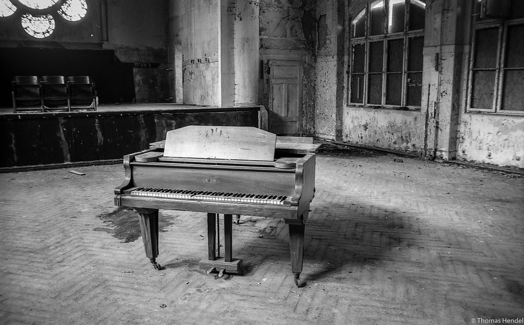 Where's the pianist?