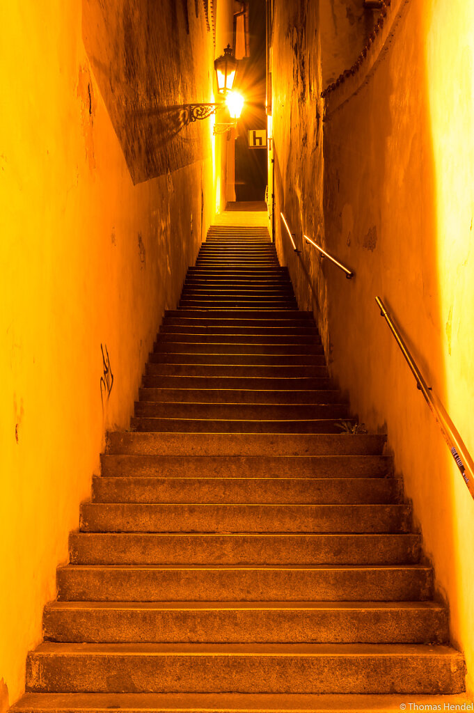 A discreet alley.